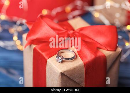 Schöne Verlobungsring auf Geschenkbox, Nahaufnahme - Stockfoto
