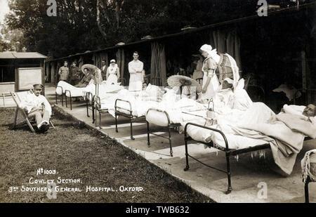 Verletzte Soldaten - WW 1 - Nr. 1003 Cowley Abschnitt - 3 Southern General Hospital, Oxford. Die Bedeutung von Licht und frische Luft in die Erholung war sehr im medizinischen Denken zu dieser Zeit weit verbreitet, daher der freien Ständen/Buchten und fahrbare Betten für die Patienten heraus in das Sonnenlicht mit Rädern, ein herzhaftes Top-up von Vitamin D Datum zu erhalten: ca. 1916 - Stockfoto