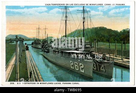 US Navy destroyers in Miraflores Schleusen, Panama Canal - USS McDermut, USS Yarborough und USS entziehen. Datum: 1924 - Stockfoto
