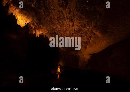 Eine weibliche Touristen Glow suchen Worms Im Waipu Caves, Waipu, North Island, Neuseeland - Stockfoto