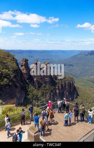 Chinesische Touristen an den Drei Schwestern Lookout am Echo Point, Blue Mountains, Katoomba, New South Wales, Australien - Stockfoto