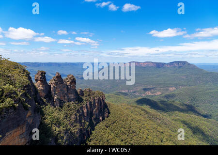Die drei Schwestern und Mount Solitary vom Aussichtspunkt am Echo Point, Blue Mountains National Park, Katoomba, New South Wales, Australien - Stockfoto