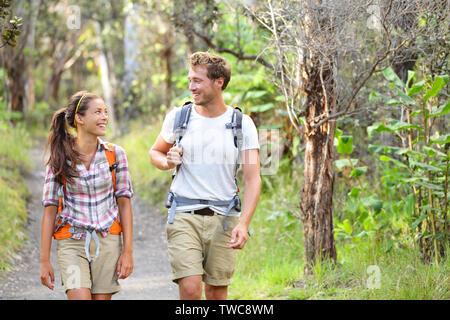 Wanderer Wandern Leute, die gerne im Wald. Wanderer paar Lachen und Lächeln. Interracial Paare, Kaukasier Mann und die asiatische Frau auf Big Island, Hawaii, USA. - Stockfoto