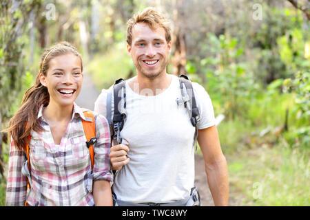 Wandern - Wanderer wandern gerne in Wald. Wanderer paar Lachen und Lächeln. Interracial Paare, Kaukasier Mann und die asiatische Frau auf Big Island, Hawaii, USA. - Stockfoto