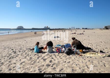 Ansicht der Rückseite des Gruppe Teens junge Leute sitzen auf Jandía Blick auf den Strand von Cruise Ship Terminal port Leixões Porto Portugal Europa EU-KATHY DEWITT - Stockfoto