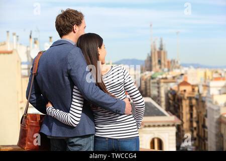 Romantische Zweisamkeit Blick auf Barcelona. Glückliche Liebhaber genießen Stadtbild mit berühmten Sehenswürdigkeiten. Stilvolle urban junger Mann und Frau auf Reisen in Katalonien, Spanien, Europa. - Stockfoto