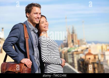 Gerne romantische Zweisamkeit Blick auf Barcelona. Lächelnd Liebhaber genießen Stadtbild mit berühmten Sehenswürdigkeiten. Stilvolle urban junger Mann und Frau auf Reisen in Katalonien, Spanien, Europa. - Stockfoto