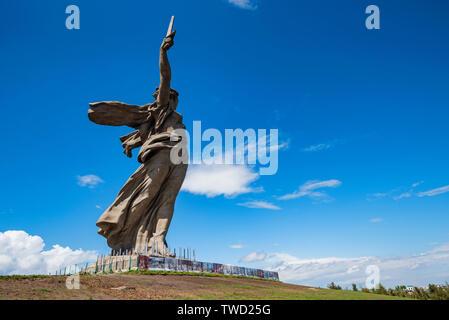 Seitenansicht des Vaterlandes Anrufe Denkmal in Mamayev Kurgan in Wolgograd, Russland. - Stockfoto