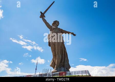 Vorderansicht des Vaterlandes Anrufe Denkmal in Mamayev Kurgan in Wolgograd, Russland. - Stockfoto