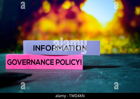 Information Governance Politik! Auf der Haftnotizen mit bokeh Hintergrund