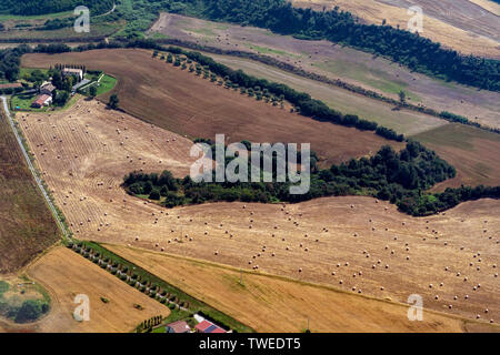 Viele Heu Kugeln auf landwirtschaftlich genutzten Feldern Luftbild Panorama in Italien - Stockfoto