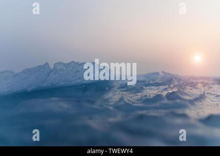 Kleine Eiskristalle auf dem zugefrorenen See. Selektiver Fokus und flache Tiefenschärfe. - Stockfoto