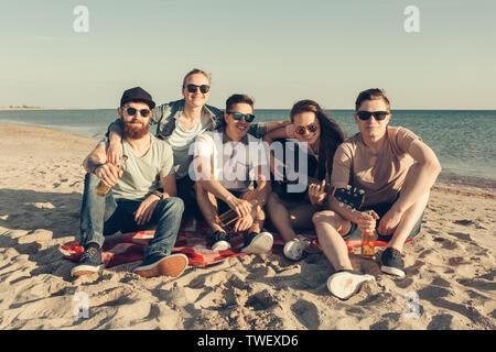 Gruppe von Freunden, die Spaß am Strand - Stockfoto