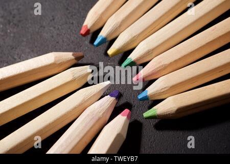Gruppe von Bleistiften auf einen Tisch. - Stockfoto