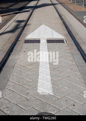 Eine weiße Richtung um Schild auf den Boden, auf die Straßenbahn wayChristchurch Neuseeland gemalt. - Stockfoto