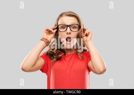 Überrascht oder Jugendmädchen in Gläsern schockiert - Stockfoto