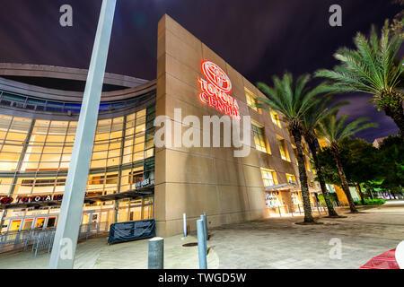 Eine Nachtaufnahme mit dem Logo auf das Toyota Center Stadium, Heimstadion der NBA Houston Rockets. - Stockfoto