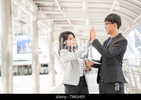 Geschäft Leute nach einem Treffen im Freien pfingstmontag Erfolg. - Stockfoto