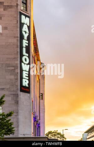 Beleuchtete 'Mayflower' Zeichen auf der Seite der Mayflower Theater bei Sonnenuntergang in Southampton, England, Großbritannien - Stockfoto