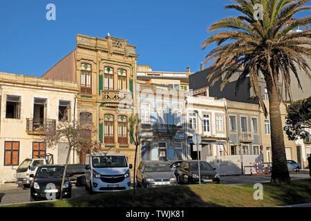 Art déco-Fassade auf Gebäude Av. Brasil Foz de Douro und Reihe der Flats Apartments und geparkte Autos in Porto Portugal Europa EU-KATHY DEWITT - Stockfoto