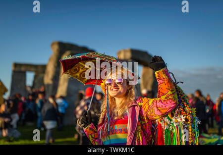 Penny Lane aus Atlanta, Georgia, USA genießt die Atmosphäre in Stonehenge in Wiltshire während der Sommersonnenwende. Bild Datum Freitag, 21. Juni, 2019