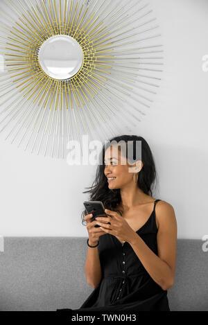Frau mit seinem Handy bei einer Kaffeepause in Weiß Coworking Büro - Stockfoto