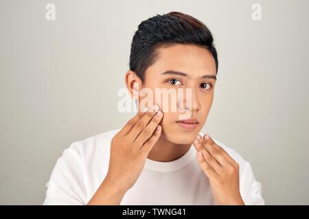 Asiatischer mann, der weißes mädchen datiert