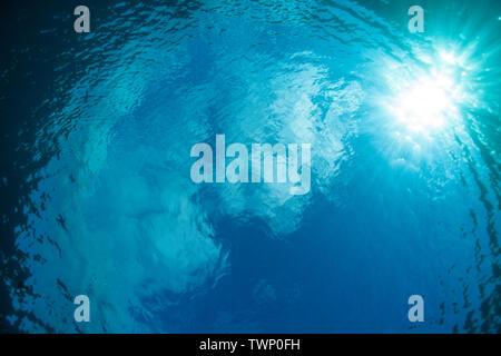 Sonnenlicht durch die Oberfläche des Pazifischen Ozeans. - Stockfoto