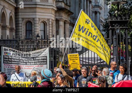 Westminster, London, Großbritannien. Am 22. Juni 2019. Außerhalb der Downing Street - windrush Tag der Aktion - bame Anwälte für Gerechtigkeit fordern Gerechtigkeit für Windrush Opfer und für die Überprüfung ihrer Nachkommen ausgedehnt werden. Der Protest wurde von Vereinen und die PCS Union unterstützt. - Stockfoto