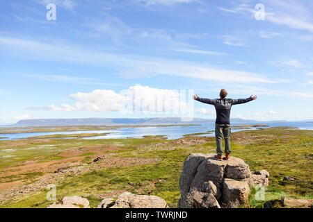 Freiheit der Mensch in der Natur auf Island mit den Armen kostenlosen Glück im wunderschönen isländischen Landschaft.