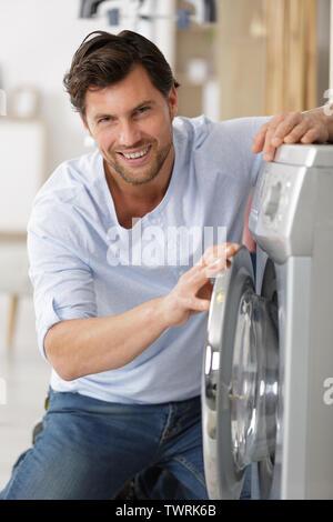 Glücklich Mann Mann Wäsche zu Hause - Stockfoto