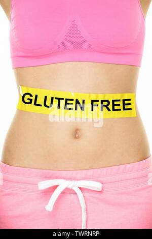 Glutenfreie Gesundheit und Zöliakie und Verdauung Konzept mit GLUTENFREIEN Text auf Bauch abdomen Zeichen geschrieben auf Frau Bauch. Konzeptionelle Nahrungsmittelallergien Bild. - Stockfoto