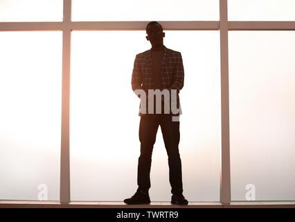 Hintergrundbild. Geschäftsmann stand in der Nähe der Fenster - Stockfoto