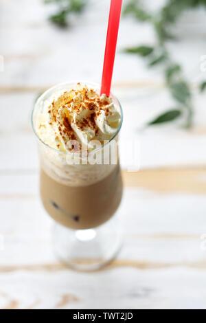 Ein Glas Kaffee mit Eis und Sahne. Einen Vorschlag für die gefrorenen Kaffee. - Stockfoto