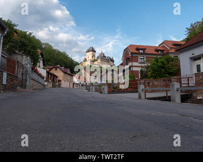 Karlstejn, Tschechische Republik - 21. Juni 2019: Mittelalterliche und gotischen Burg Karlstein hoch über dem Dorf in Böhmen, Tschechische Republik im goldenen Abendlicht