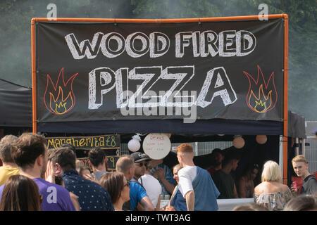 Die Menschen in der Warteschlange für Holzofen Pizza, an Musik Event in Sefton Park in Liverpool, Großbritannien - Stockfoto
