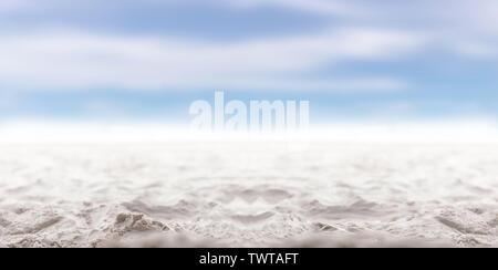 Sand und Meer wave mit blauem Himmel. Unscharfer Hintergrund für die Sommerzeit. - Stockfoto