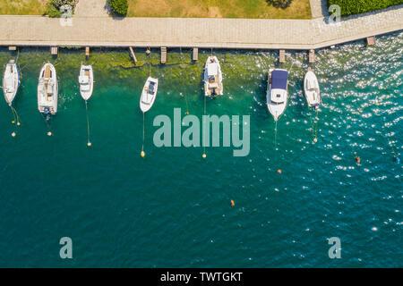 Luftaufnahme von Yachten und Segelboote in der Marina in Sibenik, Kroatien. Weiße Yachten in blaues Meerwasser. - Stockfoto