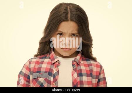 Kleines Mädchen Heben der Augenbrauen isoliert auf Weiss. Zuversichtlich Kind mit langen brünetten Haaren. Sind Sie ernst. Stop kidding mich. Blick voller vermuten. Kid sieht beleidigt und runzelte die Stirn. Stop Mobbing Konzept. - Stockfoto