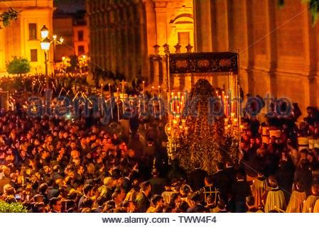 Eine paso (float) der Jungfrau Maria in der Prozession der Bruderschaft (hermandad) El Calvario, der heiligen Woche (Semana Santa), Sevilla, Andalusien, Spanien. - Stockfoto