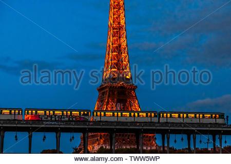 Eine U-Bahn überquert den Fluss Seine in den Bir Hakeim Brücke, Paris, Frankreich. - Stockfoto