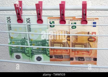 Euro-banknoten trocknen. Gewaschen Euro Papier Rechnungen. Trocknen Euro Scheine auf eine Zeichenkette. - Stockfoto