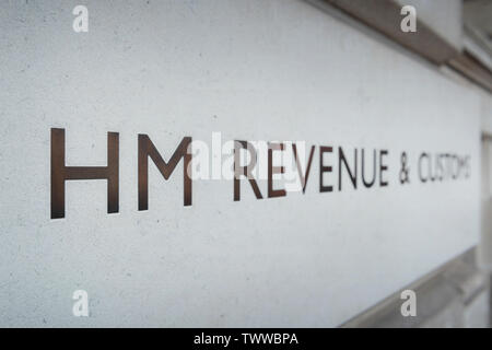 Signage für HM Einnahmen und Zoll Gebäude auf die Parliament Street in London, Großbritannien. - Stockfoto