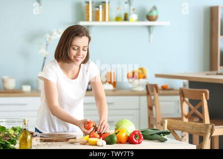 Junge Frau, Salat in der Küche - Stockfoto