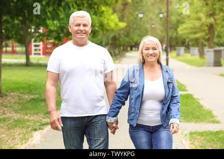 Gerne reifes Paar walking im Park - Stockfoto