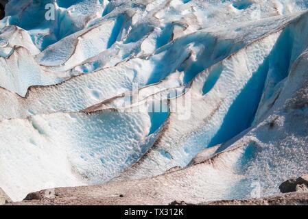 Abstrakte Formen und Linien des Gletschers mit Staub und Sand auf die blauen und weißen Eis