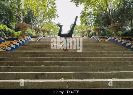 Junger Mann, Akrobatik zu tun auf Treppen im Freien - Stockfoto