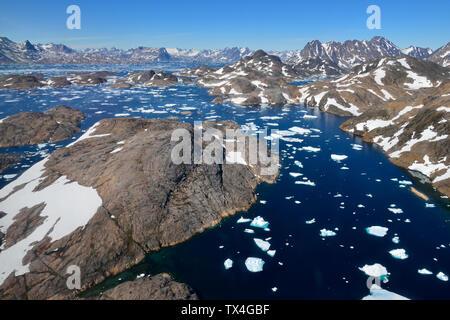 Grönland, Ostgrönland, Luftaufnahme der Insel Ammassalik Fjord mit Pack oder Treibeis - Stockfoto