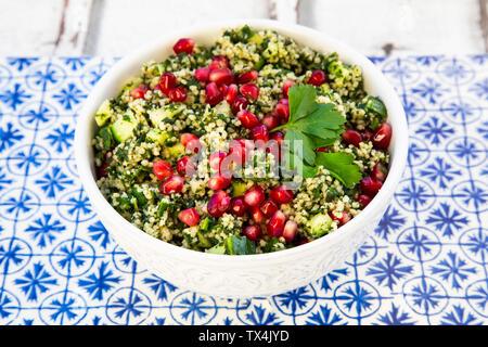 Bulgur Kräuter tabbouleh mit Granatapfel Samen - Stockfoto