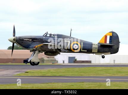 """""""Privatbesitz Meer Hawker Hurricane Mk.1b (Royal Navy Code7-L und Z7015, zivile Code G-BKTH) kommt an die 2016 Royal International Air Tattoo, RAF Fairford, England. Das 1939 erbaute und im Jahr 1995 restauriert, das Flugzeug wird am Alten Wärter, England angezeigt, als Teil der Shuttleworth Collection. Es ist in der Fleet Air Arm Farben von 880 Squadron und ist die einzige flugfähige Meer Hurricane Mk.Ib in der Welt (Stand: August 2016). Das Meer Hurrikan 1 b war eine Änderung der Hurricane Mk.1 Mit dem katapult Spulen und ein Ableiter Haken.; am 7. Juli 2016; mein eigenes Foto, mit genommen - Stockfoto"""